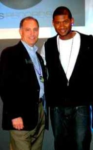 USHER BENEFIT: Paul Bonitatibus and singer Usher / Photo: Unknown