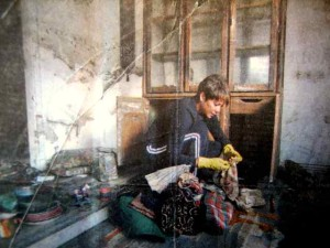 PICKING UP THE PIECES: Laurie Vignaud sifts through belongings / Photo: Lori Waselchuk, L.A. Times